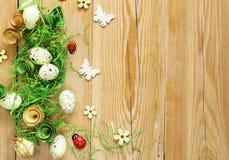 Fondo de madera con los símbolos de Pascua, huevos, mariposas Imagenes de archivo