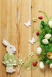 Fondo de madera con los símbolos de Pascua, huevos, mariposas Imágenes de archivo libres de regalías