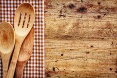Fondo de madera con los utensilios de la cocina Fotografía de archivo libre de regalías