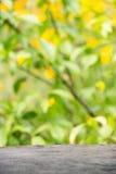 Fondo de madera contra el contexto de flores de color verde amarillo brillantes Poco campo de la profundidad, empañando, efecto d Foto de archivo
