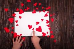 Fondo de madera corazones rojos blancos de la hoja de papel de los pequeños Foto de archivo