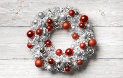 Fondo de madera de la guirnalda de la Navidad, bolas de la decoración del día de fiesta Fotografía de archivo libre de regalías