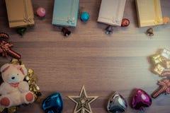 Fondo de madera de la Navidad con las cajas de regalo de las decoraciones en woode Imagen de archivo libre de regalías