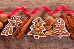 Fondo de madera de la Navidad con las galletas del pan de jengibre Fotografía de archivo libre de regalías