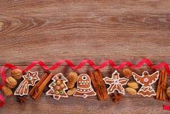 Fondo de madera de la Navidad con las galletas del pan de jengibre Foto de archivo