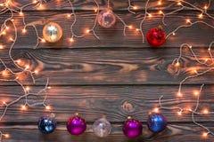 Fondo de madera de la Navidad con las luces y los ornamentos Imagenes de archivo
