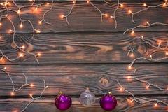 Fondo de madera de la Navidad con las luces y los ornamentos Fotografía de archivo libre de regalías