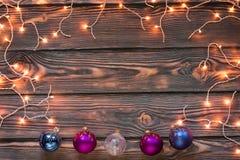 Fondo de madera de la Navidad con las luces y los ornamentos Fotografía de archivo