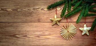 Fondo de madera de la Navidad con las ramas de las decoraciones del árbol y de la paja de abeto, espacio vacío Fotos de archivo