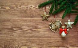 Fondo de madera de la Navidad con las ramas de las decoraciones del árbol y de la paja de abeto, espacio vacío Imagen de archivo libre de regalías