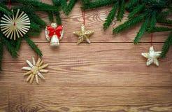 Fondo de madera de la Navidad con las ramas de las decoraciones del árbol y de la paja de abeto, espacio vacío Fotografía de archivo