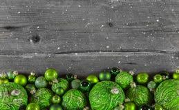 Fondo de madera de la Navidad en verde y gris para un coche del saludo Imagen de archivo libre de regalías