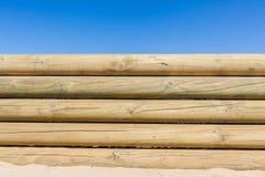 Fondo de madera de la pared de postes Fotos de archivo libres de regalías