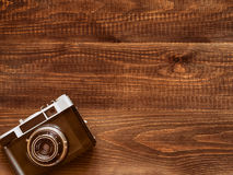Fondo de madera de la tabla con la cámara vieja del vintage Imagen de archivo libre de regalías