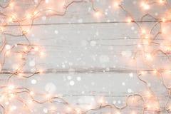 Fondo de madera de las luces de la Navidad Fotos de archivo