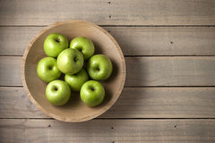 Fondo de madera de las manzanas del cuenco Fotografía de archivo libre de regalías
