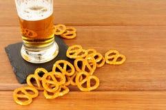 Fondo de madera de los pretzeles y de Lager On fotografía de archivo