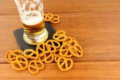 Fondo de madera de los pretzeles y de Lager On foto de archivo