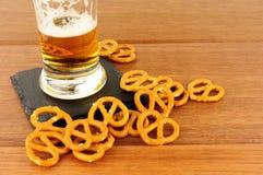 Fondo de madera de los pretzeles y de Lager On foto de archivo libre de regalías