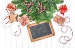 Fondo de madera de los regalos de la pizarra de la decoración de la Navidad Fotografía de archivo
