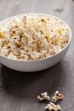 Fondo de madera de Olive Oil Popped Popcorn imagen de archivo libre de regalías