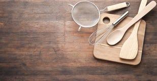 Fondo de madera de utensilios de cocinar imagenes de archivo