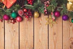 Fondo de madera del día de fiesta de la Navidad con las decoraciones y los ornamentos Imagenes de archivo
