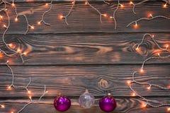 Fondo de madera del marrón de las luces de la Navidad con los ornamentos Foto de archivo