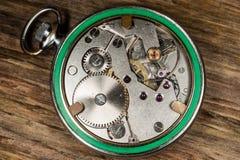Fondo de madera del mecanismo del reloj de bolsillo Imagen de archivo