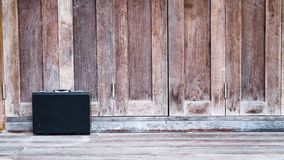 Fondo de madera del negocio de la compañía de cuero negra de la cartera imagen de archivo libre de regalías