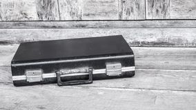 Fondo de madera del negocio de la compañía de cuero negra de la cartera fotografía de archivo libre de regalías