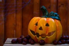 Fondo de madera del od de la calabaza de Halloween con las castañas Imagen de archivo libre de regalías