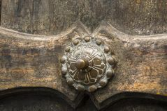 Fondo de madera del tablón de la puerta viejo y detalle exterior del metal imagenes de archivo