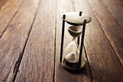 Fondo de madera del tiempo del reloj de arena fotos de archivo libres de regalías