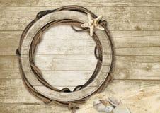 Fondo de madera del vintage con el marco para la foto y las estrellas de mar en a Fotografía de archivo libre de regalías
