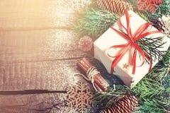 Fondo de madera del vintage de la Navidad y regalo adornado Imágenes de archivo libres de regalías