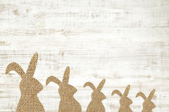 Fondo de madera feliz de la tarjeta de felicitación de pascua con el conejito para el deco Fotografía de archivo