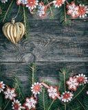 Fondo de madera gris de la Navidad con juguetes y una guirnalda Imagen de archivo libre de regalías