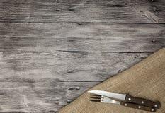 Fondo de madera hermoso con el cuchillo y la bifurcación de la servilleta Fondo fino para el menú de restaurantes y de cafés imagen de archivo libre de regalías