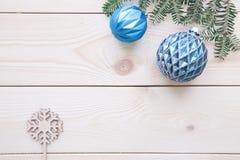 Fondo de madera de la luz de la Navidad con las decoraciones Imagenes de archivo
