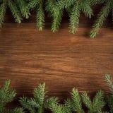 Fondo de madera de la Navidad con las ramas del abeto Imagen de archivo libre de regalías