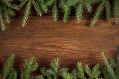 Fondo de madera de la Navidad con las ramas verdes del abeto Imagenes de archivo