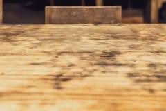 Fondo de madera de la tabla en una luz de la tarde Con las sombras de un marco de ventana fotografía de archivo libre de regalías