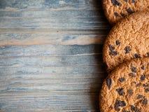 Fondo de madera de las galletas de microprocesador de chocolate de la comida fotos de archivo