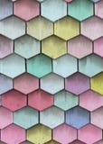 Fondo de madera de las ripias Viejo modelo colorido de las escalas Cubierta de madera multicolora Foto de archivo