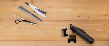 Fondo de madera los artículos están para cortar el pelo menfolk podadoras de pelo del electra foto de archivo