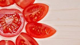 Fondo de madera macro cortado de los tomates de cereza Foto de archivo libre de regalías