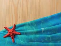 Fondo de madera marino con pareo azul del paño Foto de archivo libre de regalías