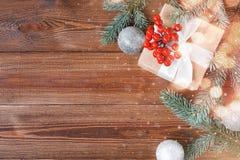 Fondo de madera natural con la caja de regalo imágenes de archivo libres de regalías