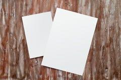 Fondo de madera natural de la tabla del Libro Blanco del primer dos de la maqueta en blanco de la hoja Escritorio pintado lona va Fotografía de archivo